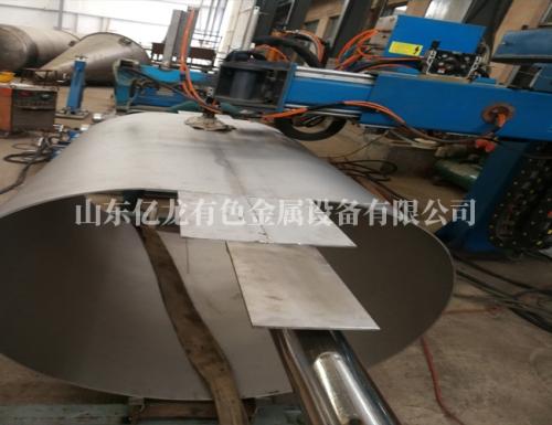产品试板的钛设备铜体准备自动焊接中
